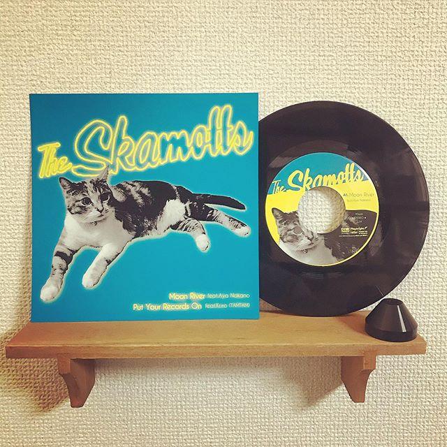 「The skamotts / A1.Moon Rever feat.なかの綾 | A2.Put Your Records On feat.kuro(TAMTAM)」.7inch 52g ドーナツ盤 国内プレス/海外レーベル/紙インナースリーブ/ペラジャケット支給/蓋なしPP封入/支給ステッカー貼り付け/MIXER'S LABカッティング.Make Neo Fresh Vinyl!!!.#Tuffvinyl #vinylrecords #vinylrecord #vinylcommunity #myvinylcollection #レコードのある生活 #レコードコレクション #レコード #レコードプレイヤー #レコード好き #レコード女子 #スカモッツ #theskamotts #kuro #TAMTAM #nakanoaya #なかの綾 #lprecord #vinylcollection #アナログ盤 #アナログレコード #レコードジャケット #音楽のある生活 #バイナル #7インチレコード #12インチレコード #レコードコレクター #moonriver #putyourrecordson #corinnebaileyrae