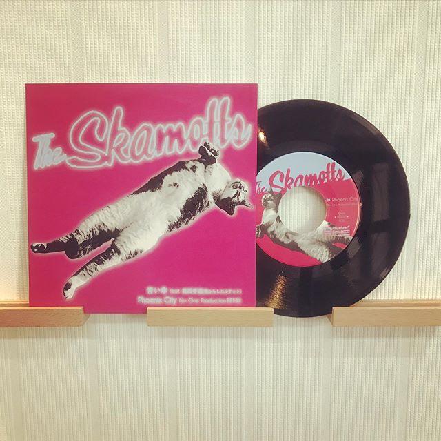 Pressed by TUFF VINYL「The skamotts / 青い傘 feat. 葛西孝道(雨ふらしカルテット)/Phoenix City Bim One Production REMIX」7inch 52g ビッグホール 国内プレス / 海外レーベル / ペラジャケット支給 / 蓋なしPP封入 / 支給外装ステッカー貼り付け / MIXER'S LABカッティング.Make Neo Flesh Vinyl!!!.#Tuffvinyl #vinylrecords #vinylrecord #vinylcommunity #myvinylcollection #レコードのある生活 #レコードコレクション #レコード #レコードプレイヤー #レコード好き #レコード女子 #SKA #theskamotts #葛西孝道 #雨ふらしカルテット #BimOneProduction  #vinylcollection #アナログ盤 #アナログレコード #レコードジャケット #音楽のある生活 #バイナル #7インチレコード #12インチレコード #レコードコレクター #7inchvinyl #diskunion #Playwright @playwright2012